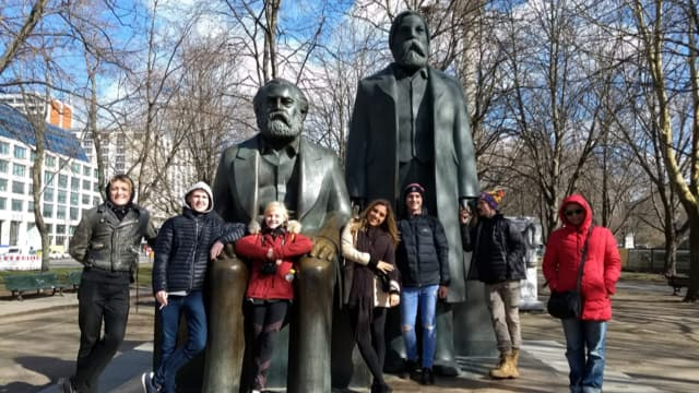 Travellers at the statues of Karl Marx and Friedrich Engels